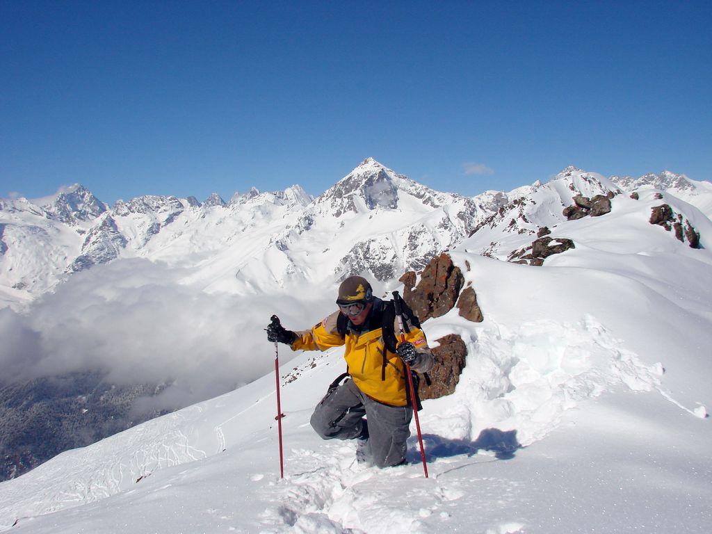 Наш гид Сергей Фурсев измеряет глубину снежного покрова